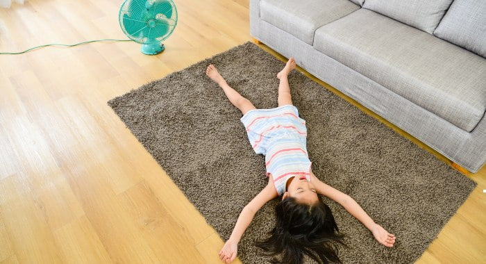 Sleeping with a fan might be the only way you have to cool down your room, but it can have negative consequences for your health.